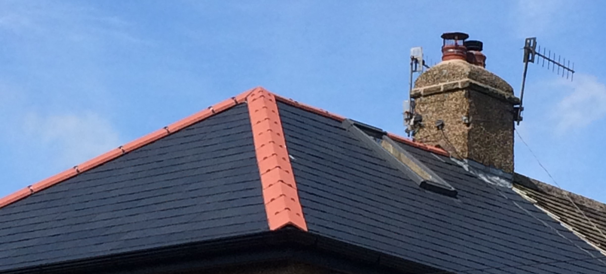Calidad 10 slates in situ with contrasting red ridge tiles